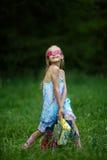 Muchacha con los panieres en parque del verano Fotografía de archivo