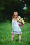 Muchacha con los panieres en parque del verano Foto de archivo libre de regalías
