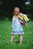 Muchacha con los panieres en parque del verano Foto de archivo
