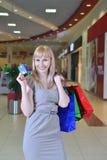Muchacha con los panieres y las tarjetas de crédito Fotografía de archivo