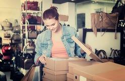 Muchacha con los paquetes del cartón en tienda de los bolsos Fotografía de archivo libre de regalías