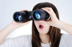 Muchacha con los prismáticos Foto de archivo