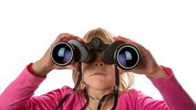 Muchacha con los prismáticos que miran la cámara Imagenes de archivo