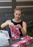 Muchacha con los regalos Imágenes de archivo libres de regalías