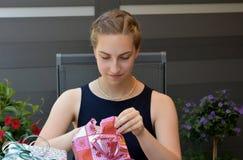 Muchacha con los regalos Imagen de archivo