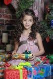 Muchacha con los regalos de la Navidad Fotos de archivo