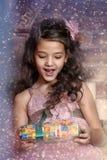 Muchacha con los regalos de la Navidad Foto de archivo libre de regalías