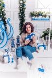 Muchacha con los regalos de la Navidad Imágenes de archivo libres de regalías