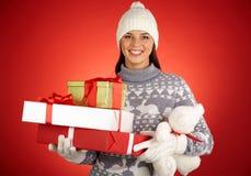 Muchacha con los regalos de la Navidad Imagen de archivo libre de regalías