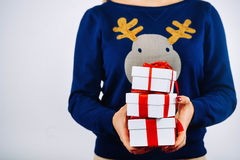 Muchacha con los regalos de la Navidad en manos Imagen de archivo