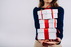 Muchacha con los regalos de la Navidad en manos Fotos de archivo libres de regalías