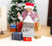 Muchacha con los regalos de Navidad Foto de archivo