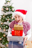 Muchacha con los regalos de Navidad Fotos de archivo libres de regalías