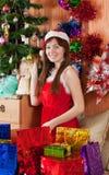Muchacha con los regalos de Navidad Imágenes de archivo libres de regalías