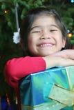 Muchacha con los regalos de Navidad Foto de archivo libre de regalías