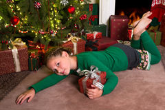 Muchacha con los regalos de Navidad Fotografía de archivo
