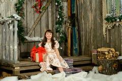Muchacha con los regalos debajo de un abeto del Año Nuevo Imagen de archivo libre de regalías