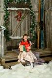 Muchacha con los regalos debajo de un abeto del Año Nuevo Fotos de archivo libres de regalías