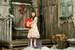 Muchacha con los regalos debajo de un abeto del Año Nuevo Fotos de archivo