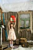 Muchacha con los regalos debajo de un abeto del Año Nuevo Imagen de archivo