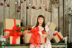 Muchacha con los regalos debajo de un abeto del Año Nuevo Fotografía de archivo