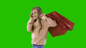 Muchacha con los regalos del bolso del regalo en un fondo aislado almacen de video
