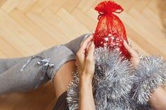 Muchacha con los regalos y los accesorios del Año Nuevo Fotografía de archivo