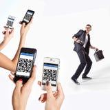 Muchacha con los teléfonos que exploran QR-código en la camiseta del fotógrafo foto de archivo libre de regalías