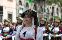 Muchacha con los trajes típicos sardos Imágenes de archivo libres de regalías