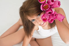 Muchacha con los tulipanes Imagen de archivo