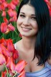 Muchacha con los tulipanes. Imagen de archivo