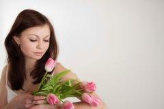 Muchacha con los tulipanes Fotografía de archivo