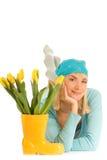 Muchacha con los tulipanes amarillos Foto de archivo libre de regalías