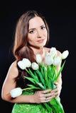 Muchacha con los tulipanes blancos Fotos de archivo