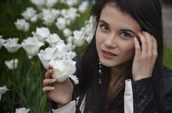 Muchacha con los tulipanes blancos Foto de archivo