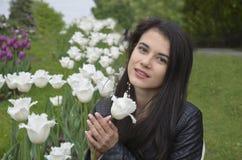 Muchacha con los tulipanes blancos Imagen de archivo libre de regalías