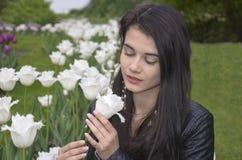 Muchacha con los tulipanes blancos Imagenes de archivo