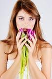 Muchacha con los tulipanes de la primavera Fotografía de archivo