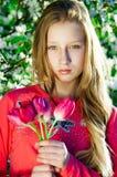 Muchacha con los tulipanes en manos Fotografía de archivo