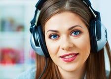 Muchacha con música que escucha de los auriculares en casa Fotos de archivo