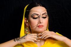 Muchacha con maquillaje brillante en saris indias Fotografía de archivo libre de regalías