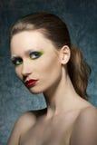 Muchacha con maquillaje colorido imagenes de archivo