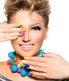 Muchacha con maquillaje colorido, esmalte de uñas de la belleza Fotografía de archivo libre de regalías