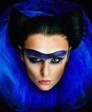 Muchacha con maquillaje de lujo y el collar azul ancho Imagen de archivo