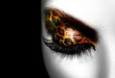 Muchacha con maquillaje del leopardo del día de fiesta imagenes de archivo