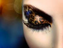 Muchacha con maquillaje del leopardo del día de fiesta Imagen de archivo libre de regalías
