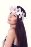 Muchacha con maquillaje en las orquídeas blancas Foto de archivo libre de regalías