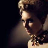Muchacha con maquillaje y el peinado perfectos Imágenes de archivo libres de regalías