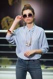Muchacha con mirada de las gafas de sol en usted Fotografía de archivo