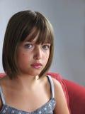 Muchacha con mirada seria en su cara Foto de archivo libre de regalías